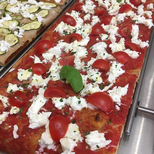 Pizza fresca, insalate miste e molto altro per un pranzo rigenerante, 🧖♀️anche qui nella nostra area clienti climatizzata! ️ ️ ️ Pranza con noi, prodotti gustosissimi e leggeri con ingredienti Km0!!#naturalmentebuono #farinenonraffinate #pizzaaltaglio #pranzoveloce #pizza #insalateria #profumodipanerivoli #pranzaconnoi #km0