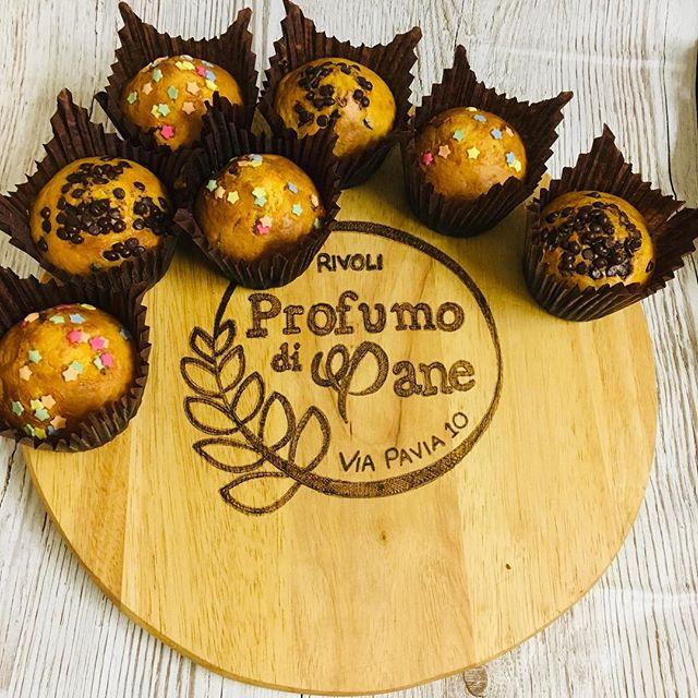 Buongiorno amici!!! Avete già pensato allo spuntino o alla merenda ??Noi abbiamo qualcosina fatta apposta per voi... I nostri muffin con gocce di cioccolata o gocce di marmellata appena sfornati vi aspettano  #profumodipanerivoli #festa #buono #dolci #naturalmentebuono #muffin #rivoli