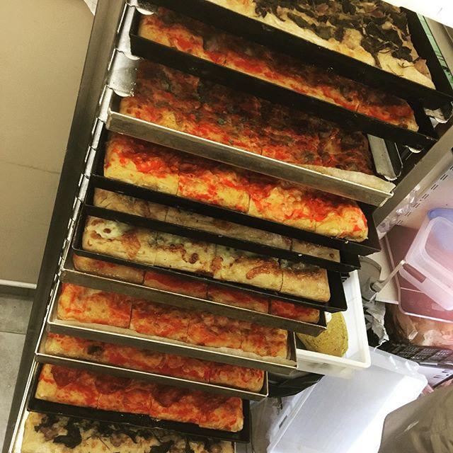 Prontissimi per l'evento di oggi.. la nostra inconfondibile PIZZA  per oltre 100 persone!! Servita calda all'ora di pranzo Per voi e le vostre feste SOLO IL MEGLIO, SOLO CON NOI#profumodipanerivoli #pizza #pizzagourmet #pizzaaltaglio #farinenonraffinate #naturalmentebuono #pizzacaldaapranzo #party #pizzatime #pizzaparty #feste #festedicompleanno #pausapranzo #pranzaconnoi