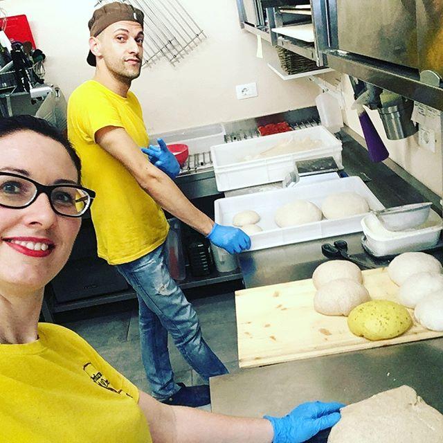 In produzione!!  🥖 Il team non si ferma mai!!! 🏻♂️🏻♀️#profumodipanerivoli #naturalmentebuono #pizzaaltaglio #pizza #pizzagourmet #rivoli #profumodipaneteam #gilac #gilacopenday